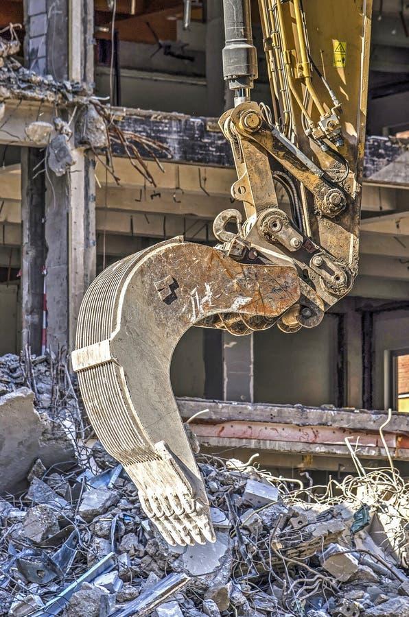 Escavatore vicino su al cantiere di demolizione fotografia stock