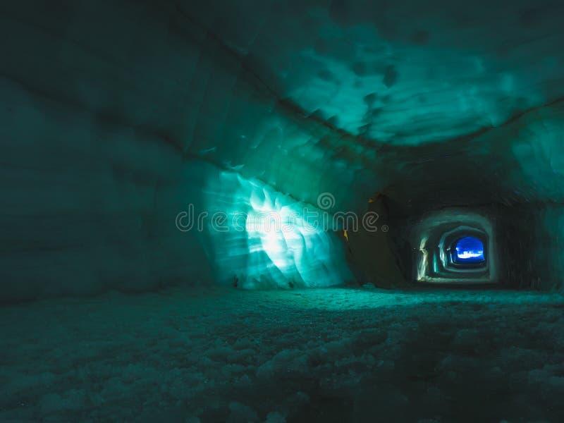 Escave um túnel a caverna de gelo interna na geleira de Langjokull imagens de stock