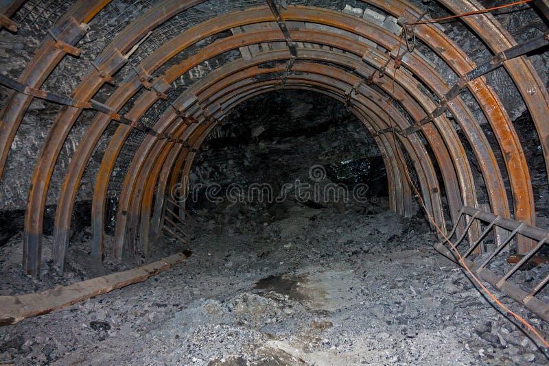 Escave um túnel em uma mina de carvão em uma profundidade fotografia de stock royalty free