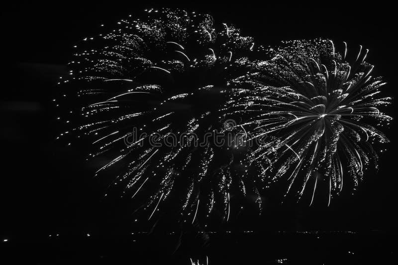 Escena agradable del fuego artificial que salpica en Pattaya imagenes de archivo