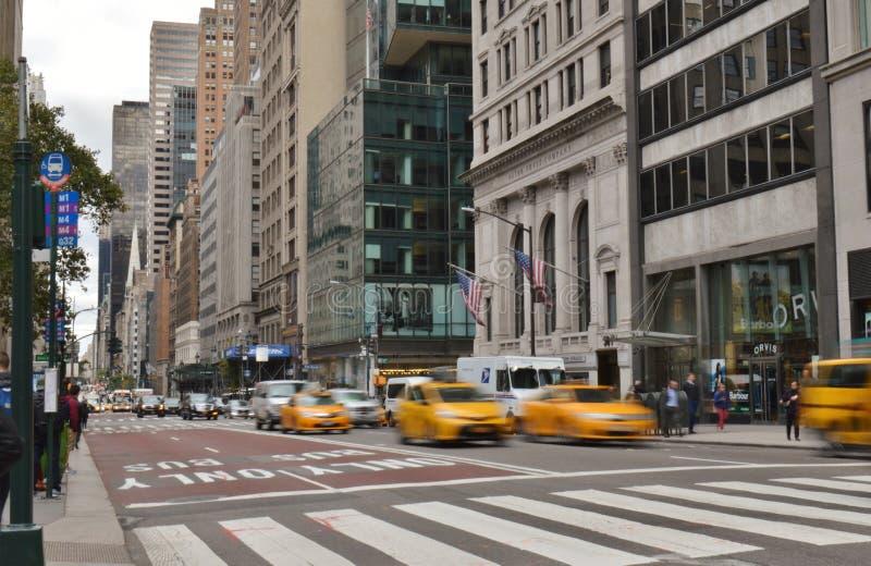 Escena amarilla de la ciudad de los taxis de Midtown Manhattan del tráfico de la calle de New York City foto de archivo libre de regalías