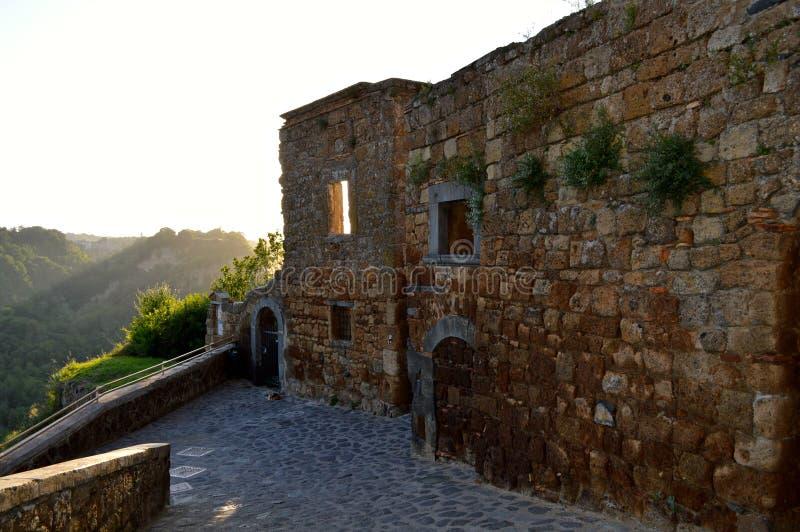 Escena antigua de la puesta del sol en Civita di Bagnoregio, Italia fotos de archivo libres de regalías