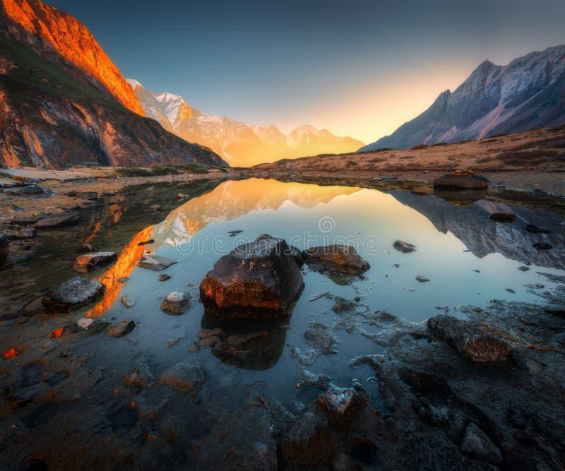 Escena asombrosa con las montañas Himalayan fotografía de archivo