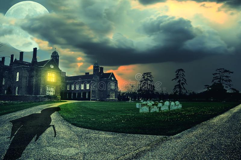 Escena asustadiza de la noche con el parca en el cementerio abandonado viejo debajo de la Luna Llena grande imagen de archivo