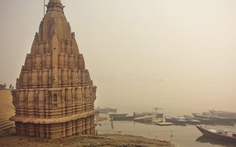Escena brumosa del riverbank del Ganges y del templo inundado sagrado de Shiva en Varanasi fotografía de archivo