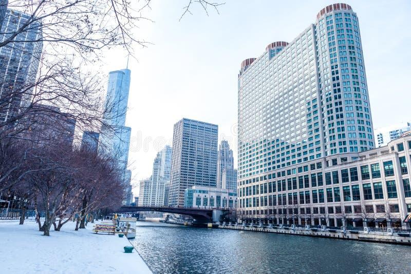 Escena céntrica de la calle de Chicago por el río foto de archivo libre de regalías