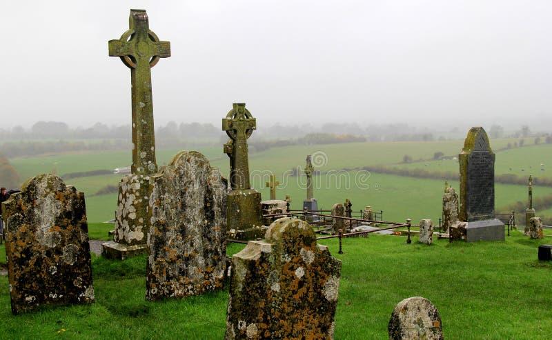 Escena cambiante de las cruces célticas y de las lápidas mortuarias, roca histórica de Cashel, Irlanda, 2014 fotos de archivo