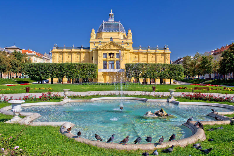Escena colorida de la fuente del parque de Zagreb foto de archivo libre de regalías
