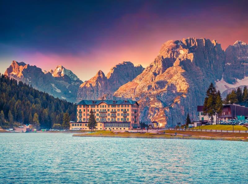 Escena colorida de la mañana del lago Misurina imagen de archivo