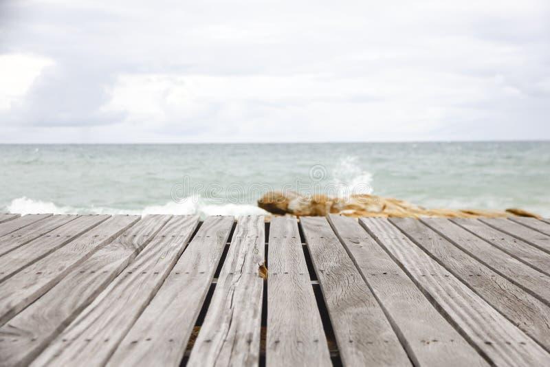 Escena con el piso de madera, mirada dramática de la playa fotografía de archivo libre de regalías