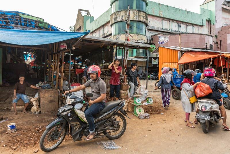 Escena con las motos en el mercado callejero de Terong en Makassar, Sulawesi del sur, Indonesia foto de archivo