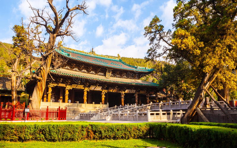 Escena conmemorativa del templo de Jinci (museo). Pasillo de la madre santa y del puente de vuelo a través del estanque de peces. fotos de archivo