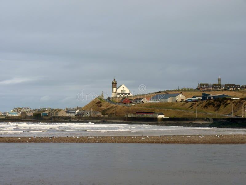 Escena costera, iglesia blanca foto de archivo libre de regalías