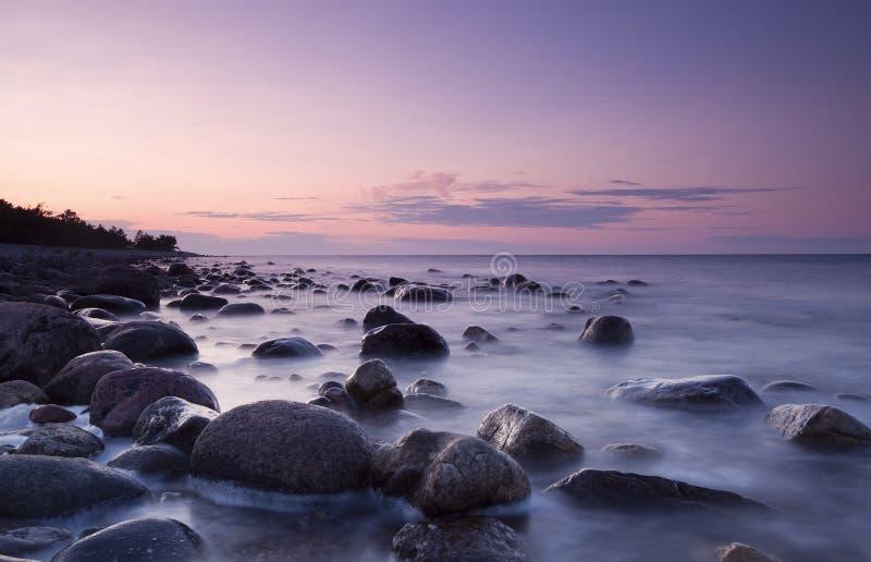 Escena crepuscular de la costa. Costa costa sueca. fotos de archivo