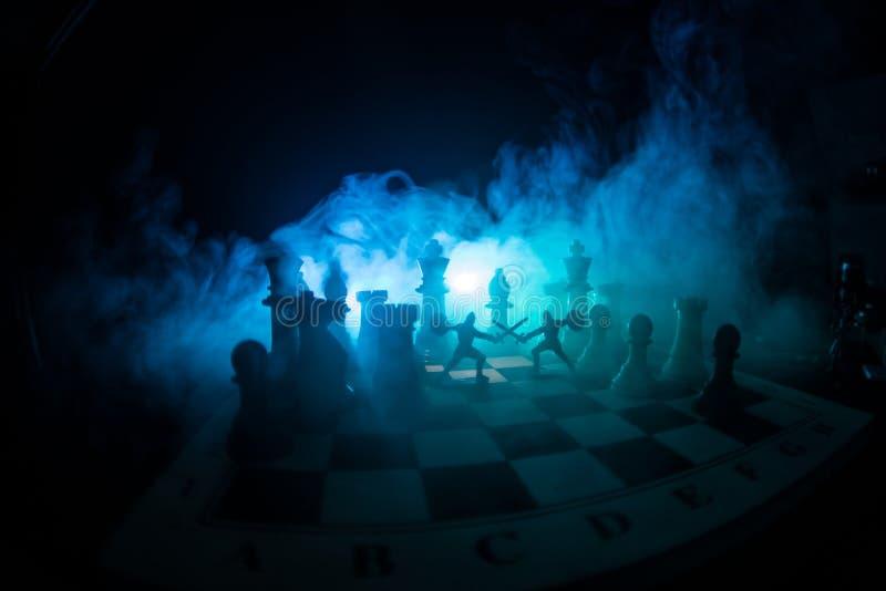 Escena de batalla medieval con caballería e infantería en el tablero de ajedrez Concepto del juego de mesa del ajedrez de ideas d foto de archivo