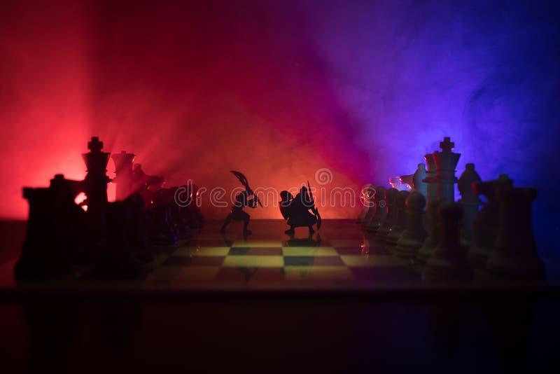 Escena de batalla medieval con caballería e infantería en el tablero de ajedrez Concepto del juego de mesa del ajedrez de ideas d fotos de archivo