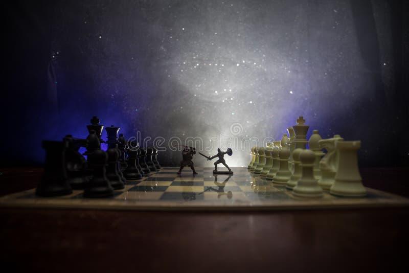 Escena de batalla medieval con caballería e infantería en el tablero de ajedrez Concepto del juego de mesa del ajedrez de ideas d fotografía de archivo