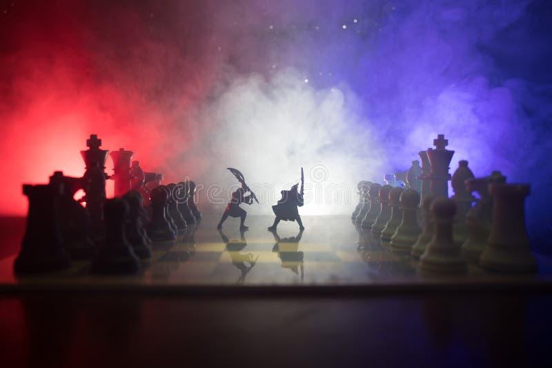 Escena de batalla medieval con caballería e infantería en el tablero de ajedrez Concepto del juego de mesa del ajedrez de ideas d imagen de archivo libre de regalías