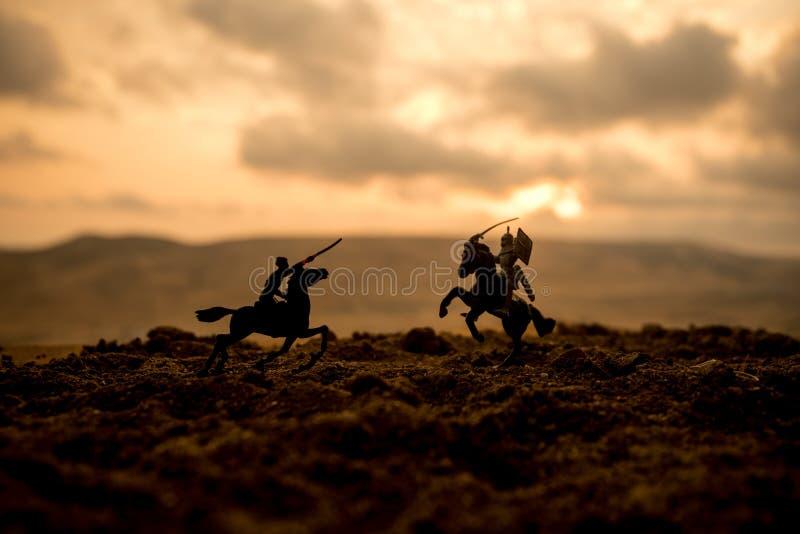 Escena de batalla medieval con caballería e infantería Siluetas de figuras como objetos separados, lucha entre los guerreros en f fotos de archivo libres de regalías