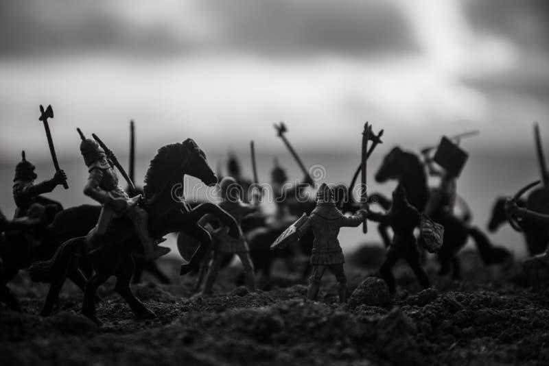 Escena de batalla medieval con caballería e infantería Siluetas de figuras como objetos separados, lucha entre los guerreros en f foto de archivo