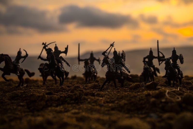 Escena de batalla medieval con caballería e infantería Siluetas de figuras como objetos separados, lucha entre los guerreros en f imágenes de archivo libres de regalías
