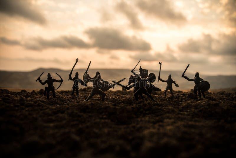 Escena de batalla medieval con caballería e infantería Siluetas de figuras como objetos separados, lucha entre los guerreros en f fotos de archivo
