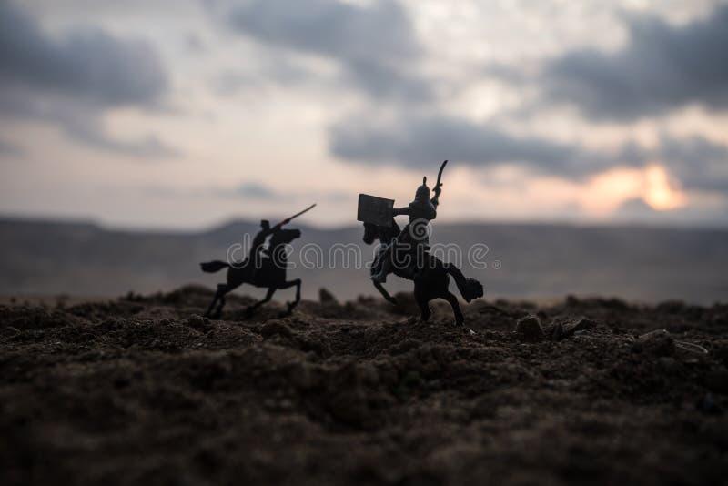 Escena de batalla medieval con caballería e infantería Siluetas de figuras como objetos separados, lucha entre los guerreros en f foto de archivo libre de regalías
