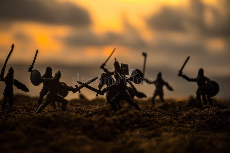 Escena de batalla medieval con caballería e infantería Siluetas de figuras como objetos separados, lucha entre los guerreros en f fotografía de archivo