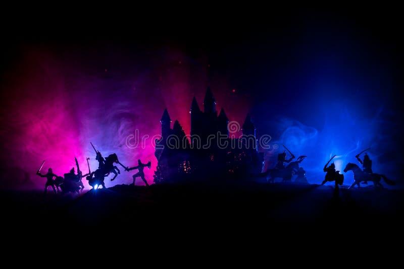 Escena de batalla medieval con caballería e infantería Siluetas de figuras como objetos separados, lucha entre los guerreros en l fotos de archivo libres de regalías