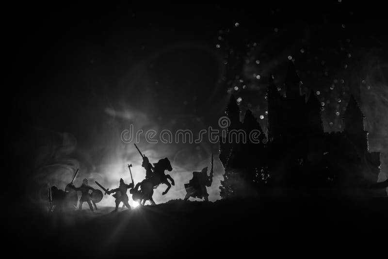 Escena de batalla medieval con caballería e infantería Siluetas de figuras como objetos separados, lucha entre los guerreros en l foto de archivo