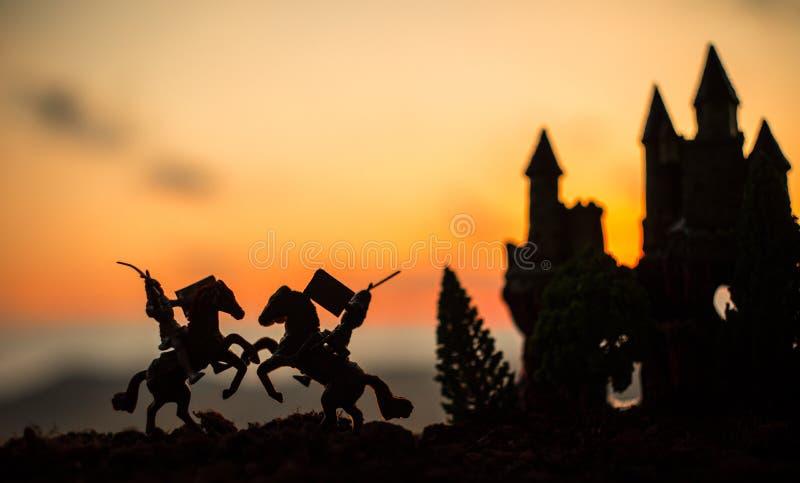 Escena de batalla medieval con caballería e infantería Siluetas de figuras como objetos separados, lucha entre los guerreros en l fotos de archivo