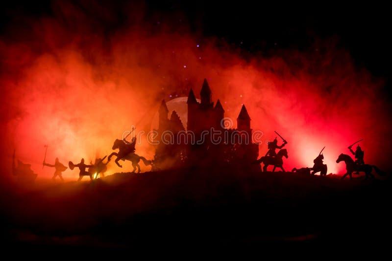 Escena de batalla medieval con caballería e infantería Siluetas de figuras como objetos separados, lucha entre los guerreros en l imagen de archivo libre de regalías