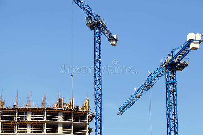 Escena de construir un edificio alto de apartamentos foto de archivo