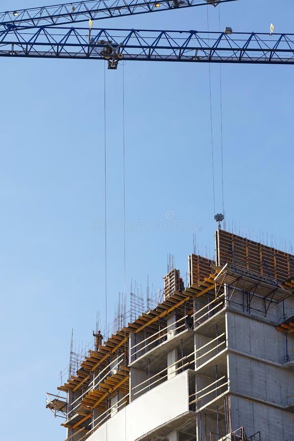 Escena de construir un edificio alto de apartamentos fotografía de archivo libre de regalías