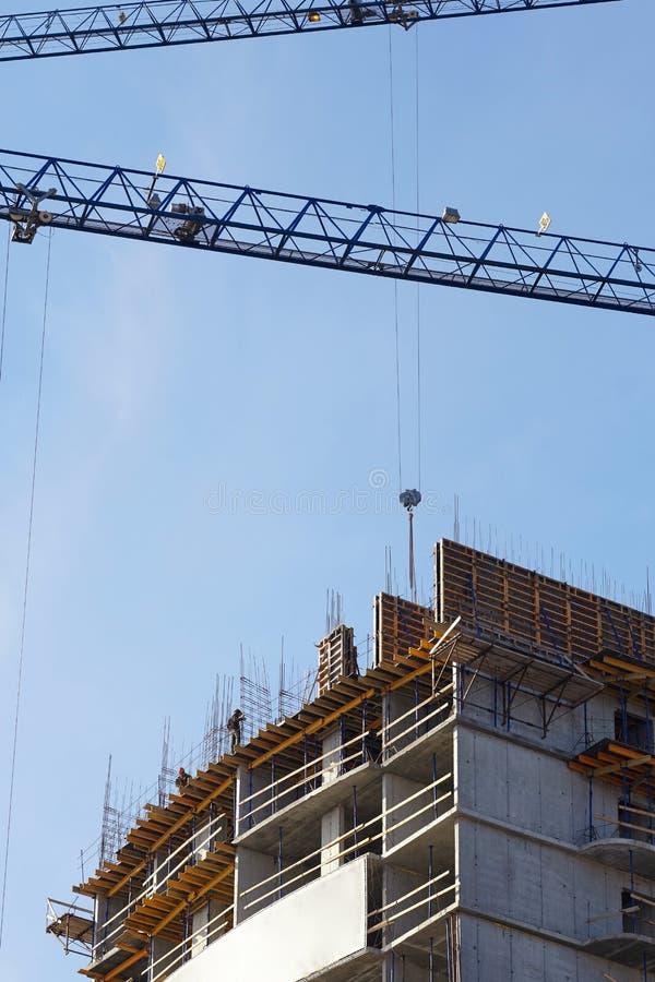Escena de construir un edificio alto de apartamentos fotos de archivo