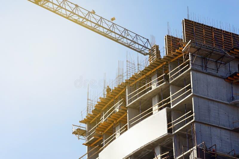 Escena de construir un edificio alto de apartamentos foto de archivo libre de regalías