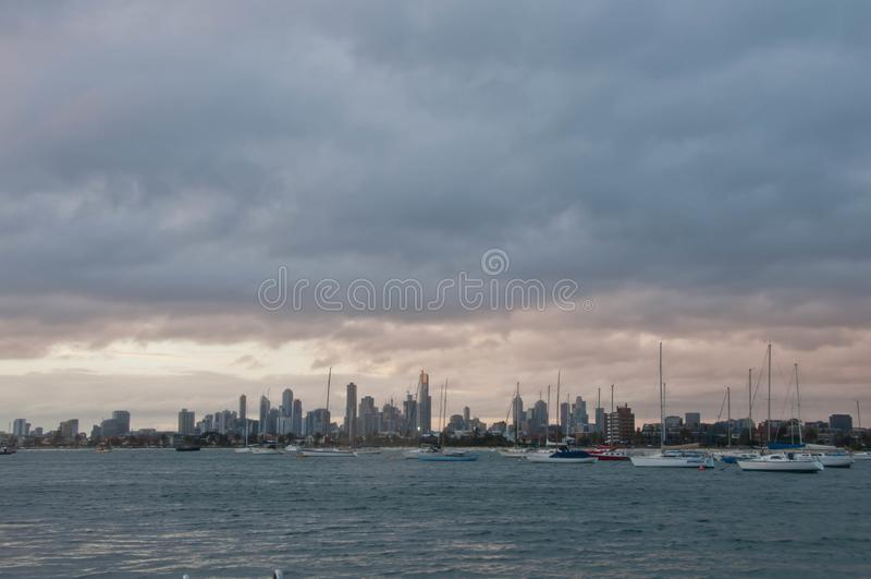Escena de igualación granangular del horizonte de los rascacielos con el océano y las torres altas del oficina y residenciales en fotos de archivo libres de regalías