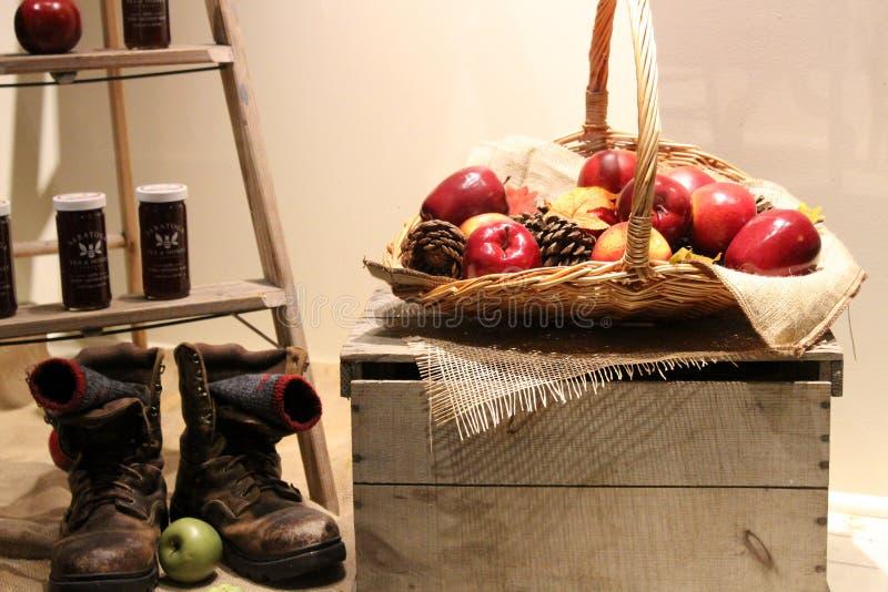 Escena de invitación con las manzanas, las botas, y la miel de la caída, miel de Saratoga Tea&, 2018 fotografía de archivo