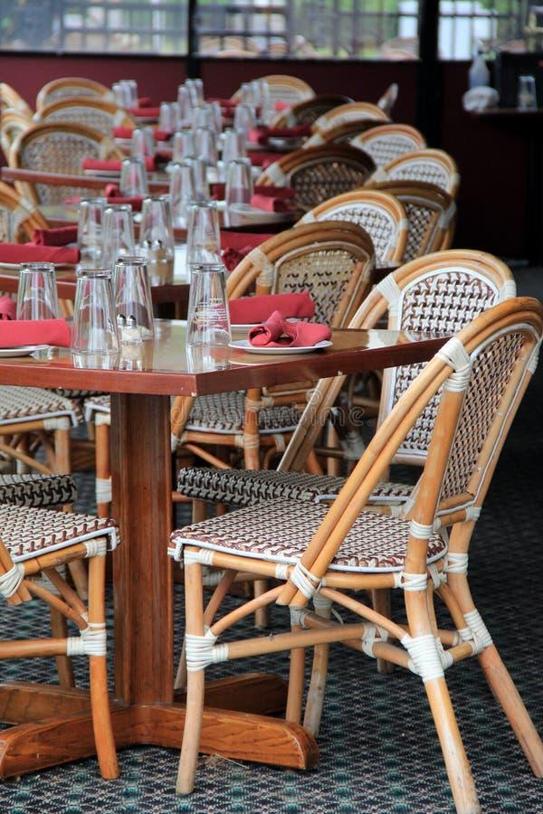 Escena de invitación de tablas exclusivas y de sillas en patio al aire libre foto de archivo libre de regalías