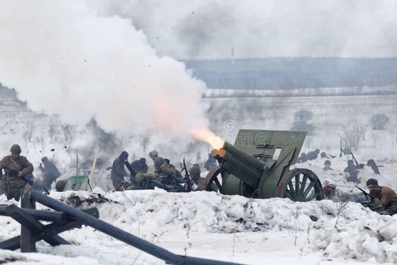 Escena de la batalla durante festival militar-histórico foto de archivo