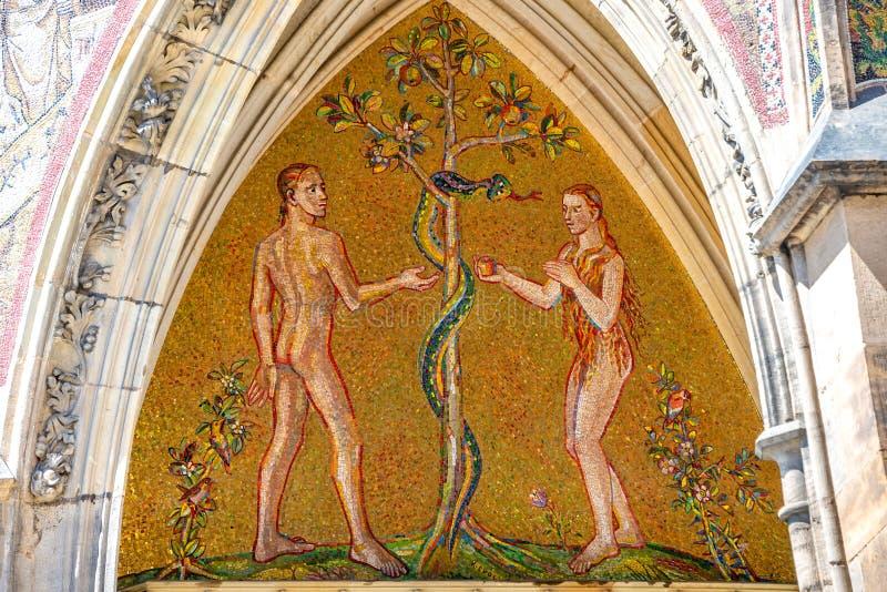 Escena de la biblia de la génesis con Adán y Eva en el portal importante de la entrada del santo Vitus Cathedral en Praga, Repúbl fotografía de archivo