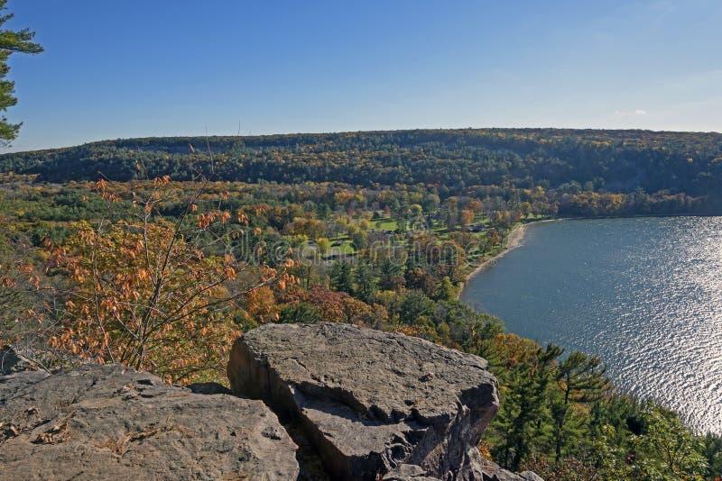 Escena de la caída sobre un lago reservado fotos de archivo