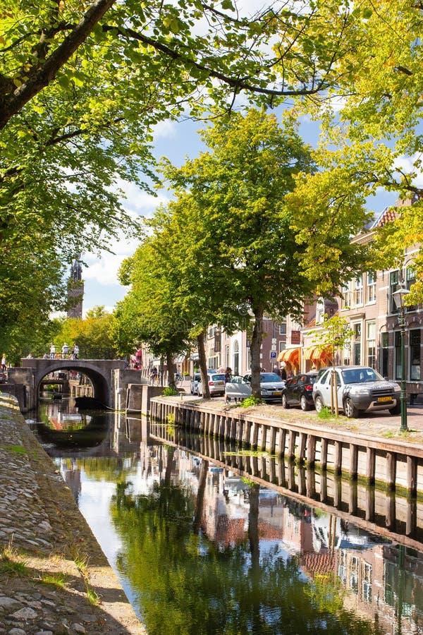 Escena de la calle con canal y puente visto desde Edam fotografía de archivo libre de regalías
