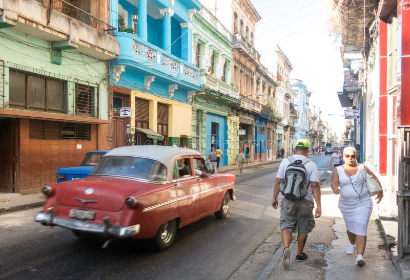 Escena de la calle con los edificios coloridos y el coche americano viejo en el dow fotos de archivo