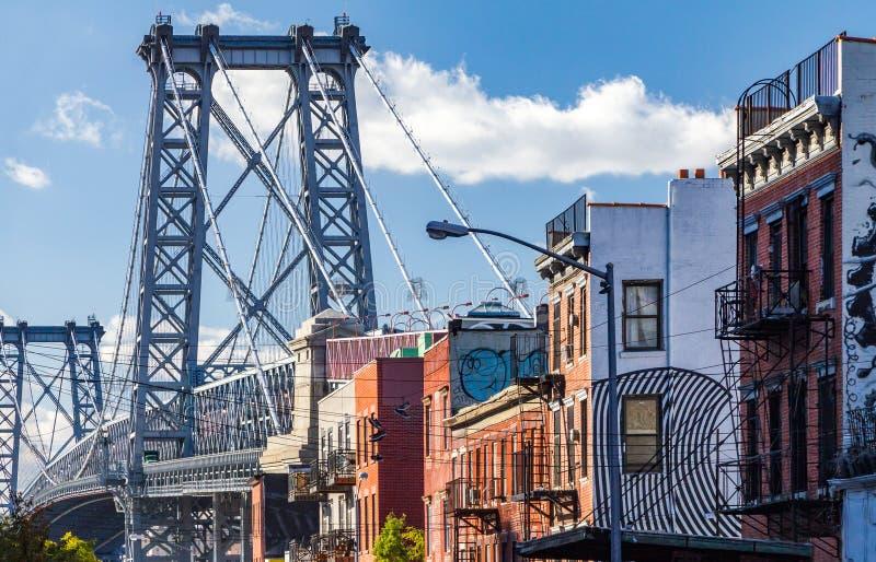 Escena de la calle de Brooklyn con el bloque de edificios cerca del Williamsb imagen de archivo libre de regalías