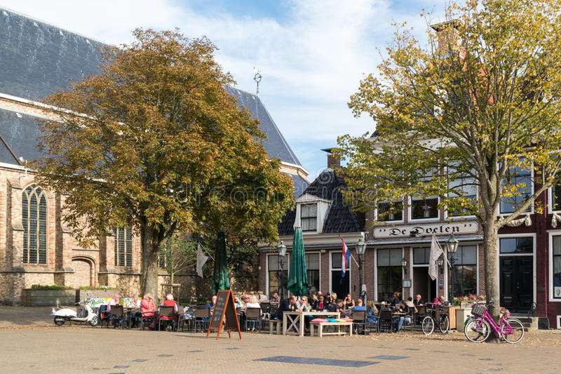 Escena de la calle de la ciudad de Franeker en Frisia, Países Bajos imagen de archivo