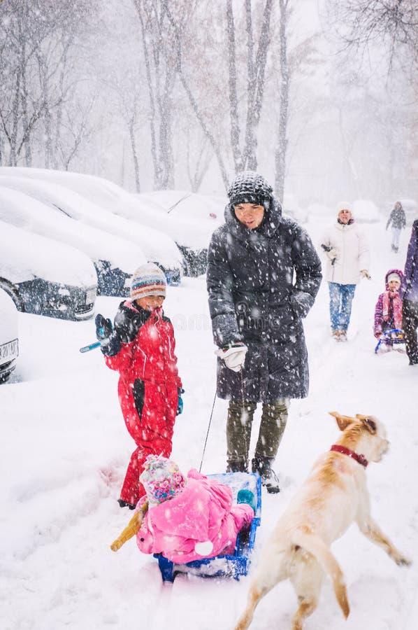 Escena de la calle del invierno fotos de archivo