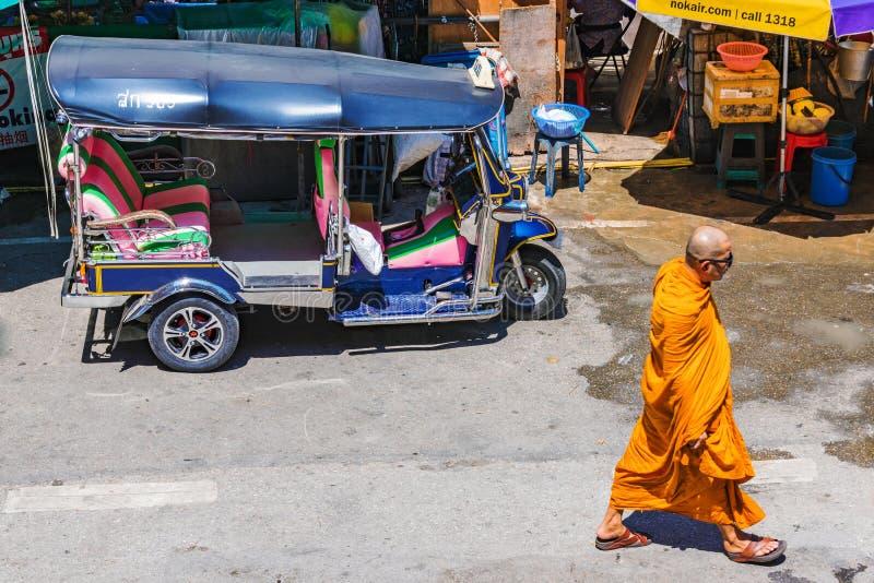 Escena de la calle del monje budista imagenes de archivo