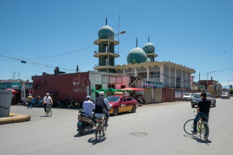 Escena de la calle delante de una mezquita china en Zhangye, Gansu, RRPP China - 07/14/2019 fotos de archivo