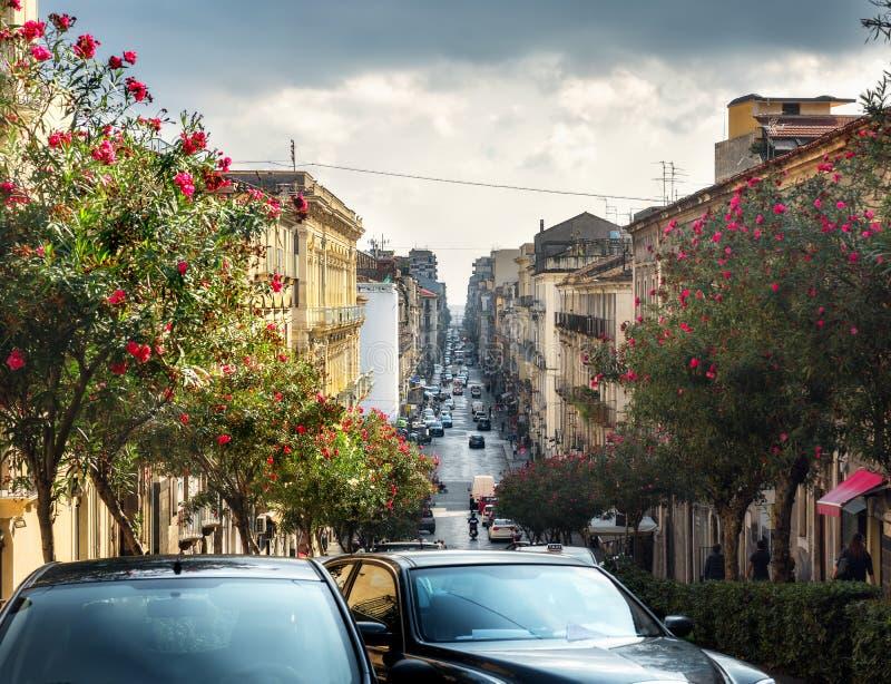 Escena de la calle en Catania, Sicilia, Italia foto de archivo